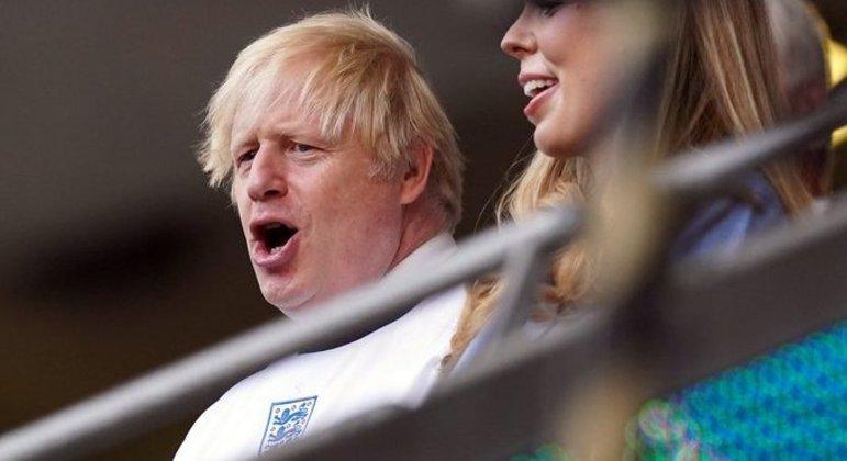 Boris Johnson, o Premier do Reino Unido, com a camisa da sua seleção
