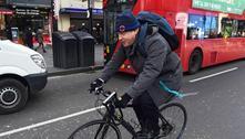 Boris Johnson é alvo de críticas por passear de bicicleta em Londres