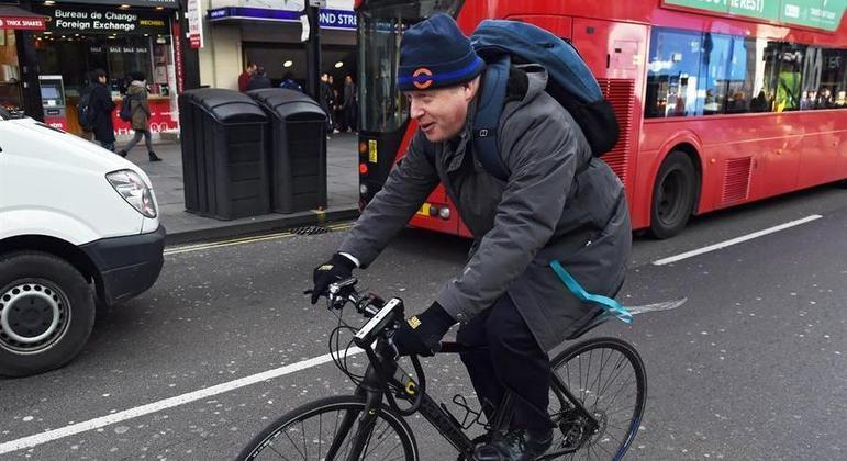 Primeiro-ministro do Reino Unido, Boris Johnson, andando de bicicleta em Londres