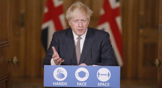 Primeiro-ministro Boris Johnson anunciou novas medidas para tentar conter aumento de casos