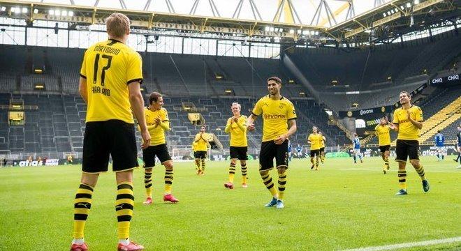 Estádio vazio em Borussia. Mas foi o primeiro passo do retorno do futebol