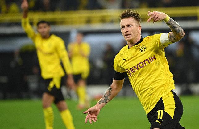 """Borussia Dortmund - Afundado com uma dívida de € 180 milhões, em 2005, o clube alemão viu a necessidade de mudar a forma de gerir a equipe. Vendeu suas principais estrelas, cortou os salários dos atletas e recebeu empréstimo do rival Bayern. Com isso, foi o primeiro clube da Alemanha a entrar no mercado de ações de Frankfurt, pegou um empréstimo de € 125 milhões junto a um banco americano, comprou de volta seu estádio e o cedeu a um """"naming rights"""" na tentativa de angariar lucros."""