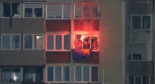 A alegria dos torcedores da Bósnia, no prédio ao lado do Bilino Poljie