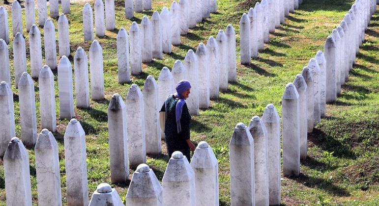 Bósnio muçulmano visita túmulos de cemitério de vítimas do massacre de Srebrenica