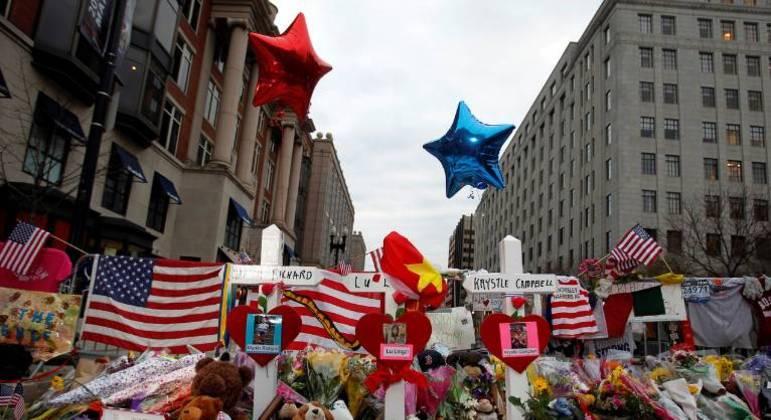 Cruzes expostas para cada uma das três pessoas mortas em atentado na Maratona de Boston, em abril de 2013