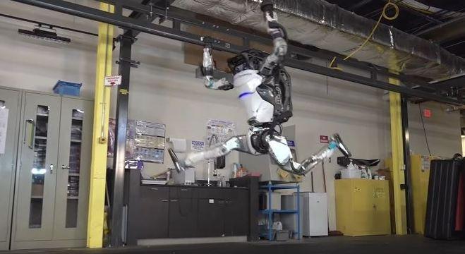 Robô é capaz de dar cambalhotas e se equilibrar pelos braços robóticos