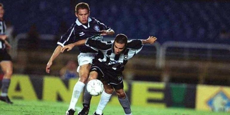 Botafogo 1 x 2 Remo - Copa do Brasil - No dia 11 de abril de 2001, o Remo eliminou o Botafogo-RJ, dentro do Maracanã.Leão Azul foi para a Cidade Maravilhosa com a vantagem do empate para seguir à terceira fase da competição, já que uma semana antes a equipe paraense derrotou os alvinegros no Baenão por 2 a 1, com dois gols de Zezinho. No Maracanã, o Remo não tomou conhecimento da equipe carioca e garantiu outra vitória por 2 a 1.