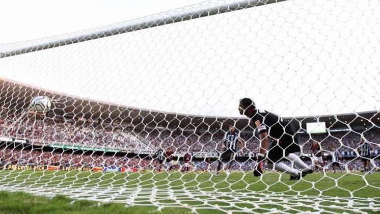Botafogo 2 x 1 Flamengo (Carioca 2010): A decisão do Carioca de 2010 é uma das vitórias mais comemoradas pela torcida do Botafogo. Após três vice-campeonatos para o Flamengo, o Glorioso conseguiu a esperada revanche com vitória por 2 a 1, com direito ao inesquecível pênalti cobrado com cavadinha por Loco Abreu.