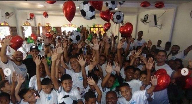 """Botafogo. Jefferson. O ídolo do Fogão passou o dia com crianças atendidas pelo projeto social Craque do Amanhã. """"Comemorando o Dia das Crianças com a garotada do @craquedoaman"""