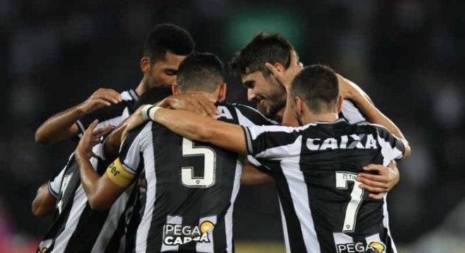 Botafogo usa da eficiência e do jogo aéreo, vence o Atlético-PR no Nilton Santos e afundo o Atlético-PR na tabela de classificação. Alvinegro irá para a pausa da Copa do Mundo