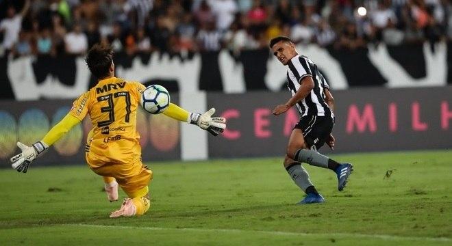 Botafoguense Erik vence goleiro Cesar, do Flamengo, no Engenhão