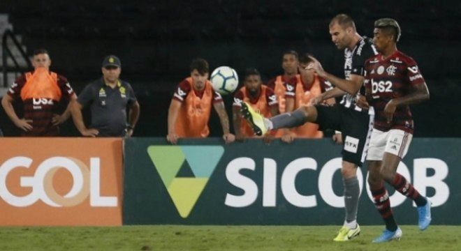 Disputa entre Carli e Bruno Henrique (Foto: Vitor Silva/Botafogo)