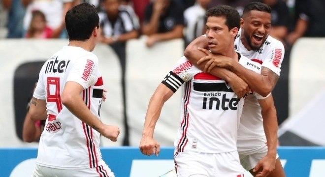 Hernanes fez o primeiro gol do São Paulo na vitória por 2 a 1 contra o Botafogo