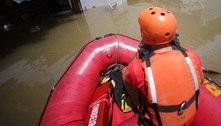 Bombeiros usam botes pra resgatar pessoas ilhadas pela chuva em SP
