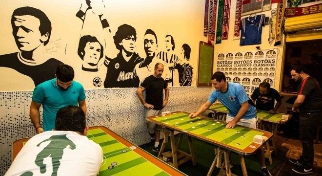 O Arquibancada Bar, na Pompeia, reúne praticantes de futebol de botão