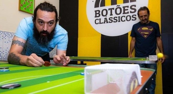 Luciano Araújo (esq.) é o idealizador do bar e da empresa dos botões clássicos
