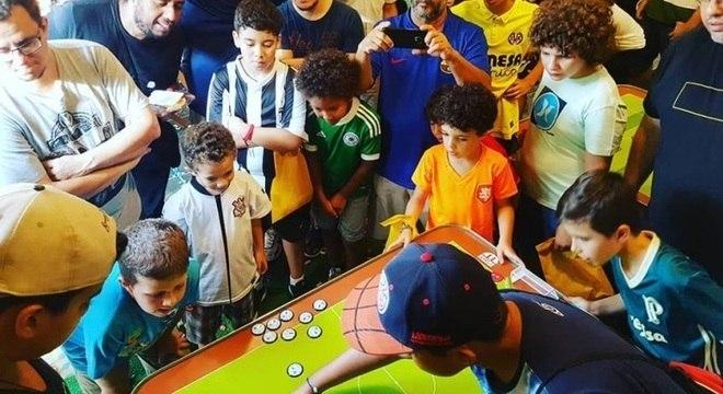 Palmeirense Francesco (à di.) representa a nova geração de jogadores de botão