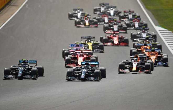 Bottas até colocou o carro lado a lado com Hamilton na largada, mas perdeu a chance de ultrapassar
