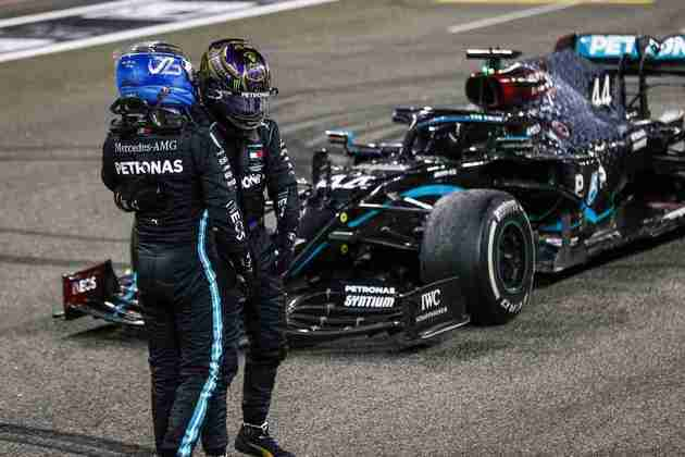 Bottas e Hamilton se cumprimentam após corrida.