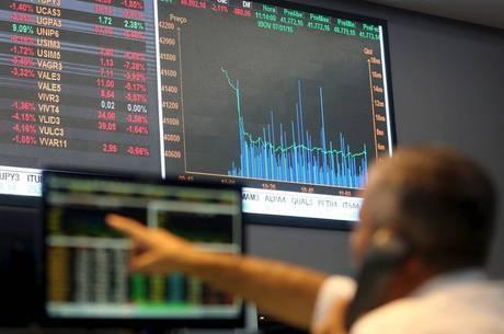 Mercado de ações exige atenção ao noticiário diário
