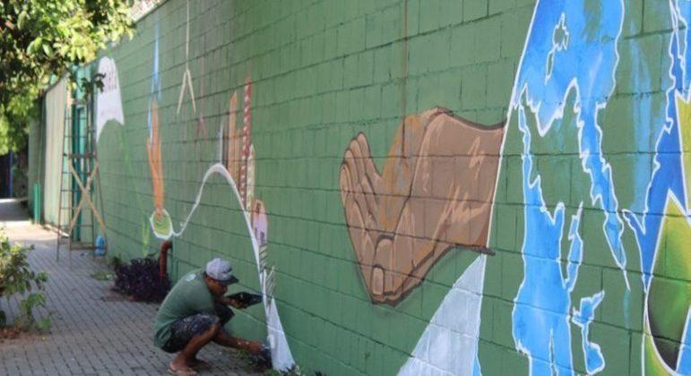 Box pintando o muro do centro artístico na Vila Nova Jaguaré