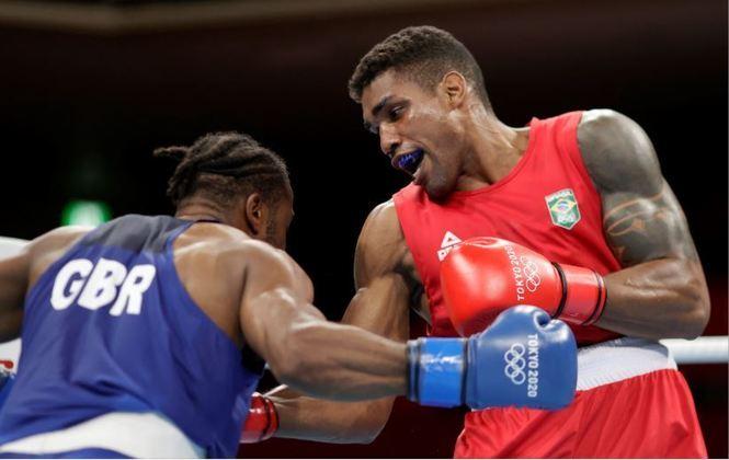 BOXE:O brasileiro Abner Teixeira venceu o atleta britânicoCheavon Clarke, na manhã desta terça-feira (27), e está nas quartas de final do boxe na categoria peso pesado