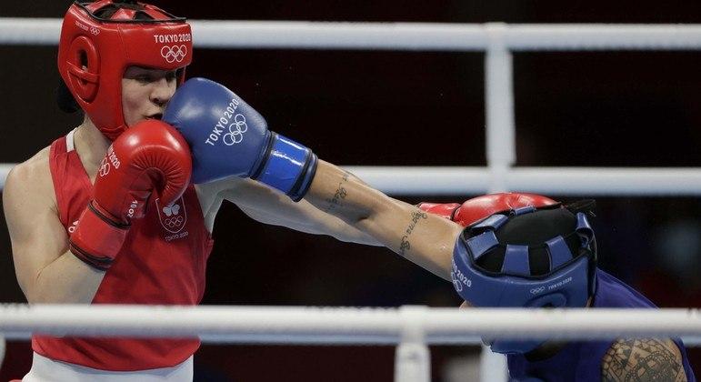 Bia Ferreira (de azul) na final olímpica do boxe
