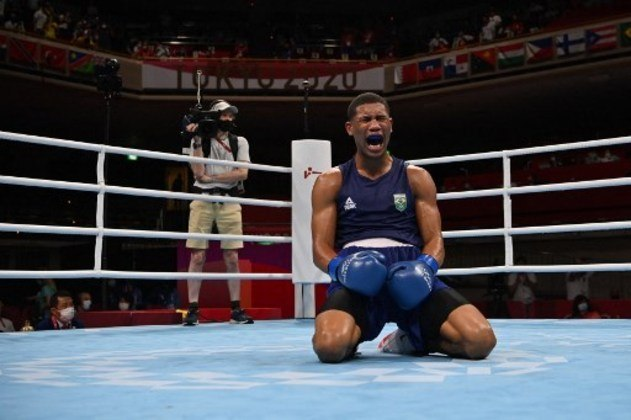 BOXE - Hebert acertou um cruzado de esquerda, conseguiu um nocaute técnico e saiu vitorioso. O brasileiro repetiu o feito de Robson Conceição, que na Rio-2016 também conquistou o ouro no boxe. Eles são os únicos atletas do país a serem campeões olímpicos da modalidade.
