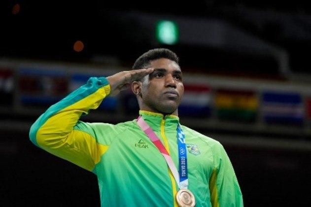 BOXE - O brasileiro Abner Teixeira subiu ao pódio para receber a medalha de bronze na categoria até 91kg. O boxeador fez boa campanha em Tóquio e acabou derrotado na semifinal. Na modalidade, o Brasil ainda tem Bia Ferreira e Hebert Conceição nas finais.