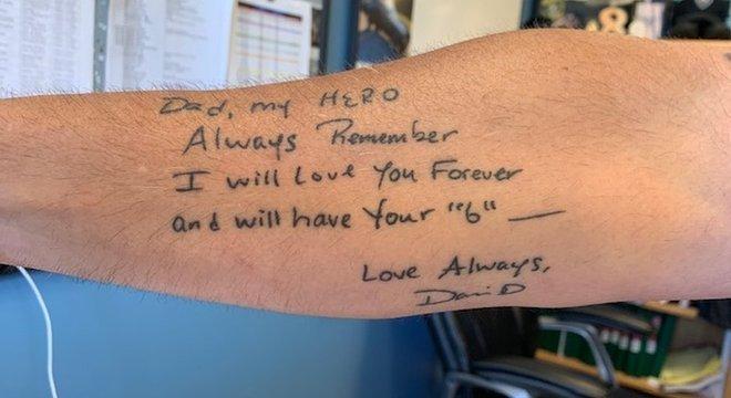 Dave Betz fez uma tatuagem que reproduz mensagem deixada pelo filho no Dia dos Pais