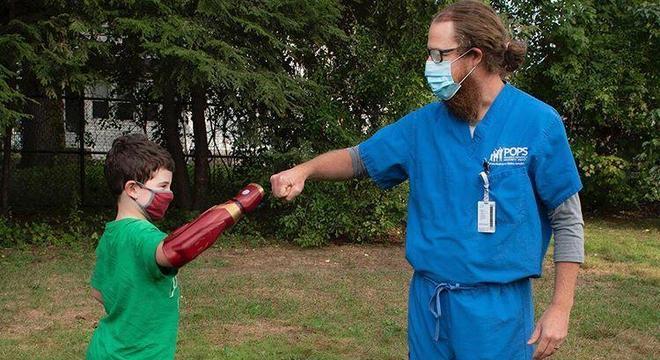 Garoto voltou a praticar esportes ao receber uma prótese para seu braço