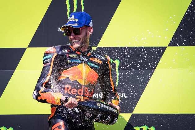 Brad Binder tratou de levar a primeira vitória da KTM ao fazer bela ultrapassagem dupla e triunfar no GP da Tchéquia