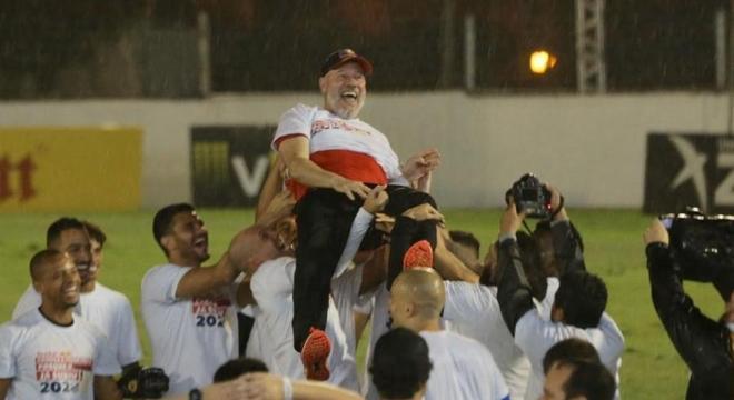 Antônio Carlos celebrando o título da Série B. Bragantino revoltado