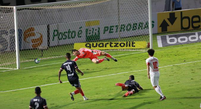 Claudinho, logo aos 3 minutos, abriu o placar para o Bragantino contra o São Paulo