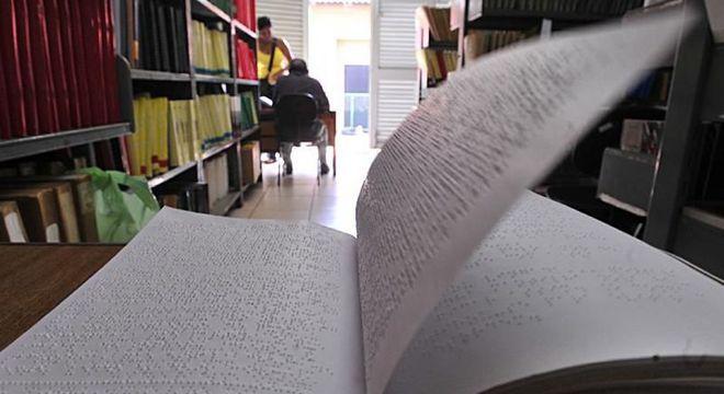 Livros em braile: material didático é uma barreira para estudantes