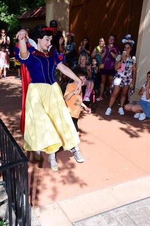 Segundo a mãe de Brody, a princesa percebeu que o garoto tinha necessidades especiais e o levou para passear, longe da multidão que o deixava nervoso