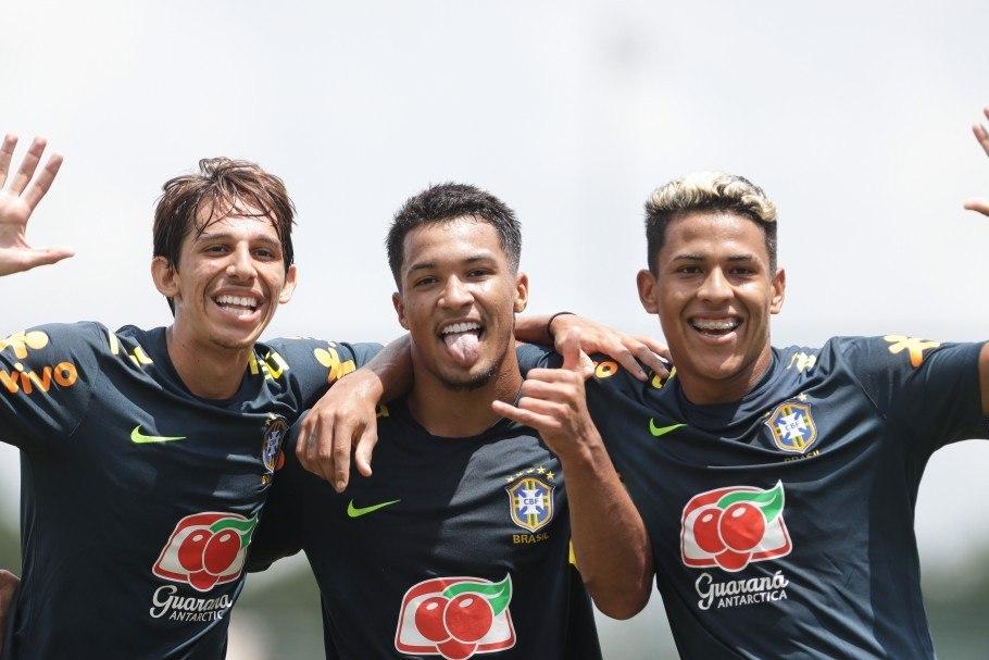 Garotos da Seleção Sub-18 comemorando a vitória por 7 a 1, no amistoso, que contaminou dez pessoas