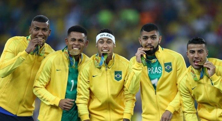Pódio do Brasil em 2016. Todos com o agasalho da Nike. Patrocinadora da CBF