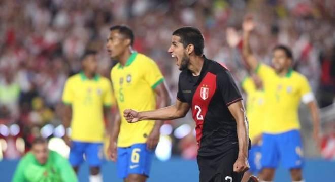 Vexame diante do Peru. Brasil fraco em campo. Tite perdido nos testes