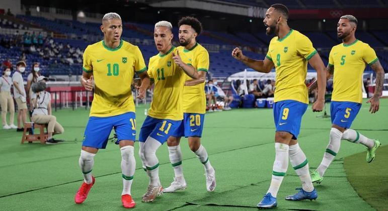 Richarlison, o #10, lidera a dança dos brasileiros depois dos 3 X 0