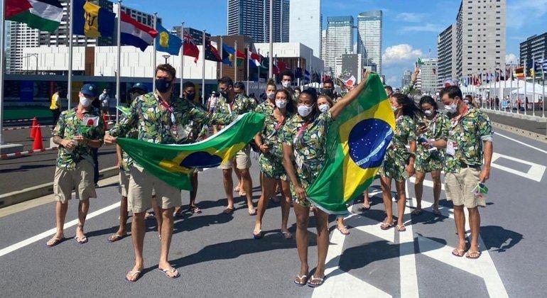 O desfile improvisado dos brasileiros, na Vila Olímpica