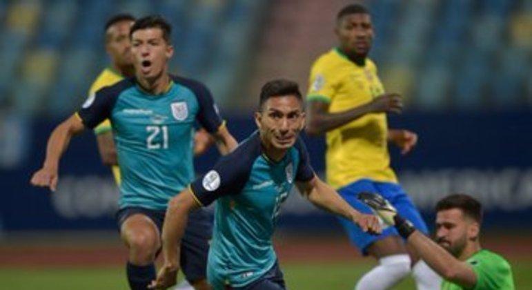 Mena marca o gol do Equador. A Seleção Brasileira foi decepcionante