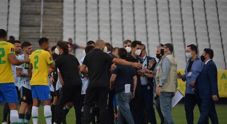 Agentes da Anvisa interrompem jogo entre Brasil e Argentina