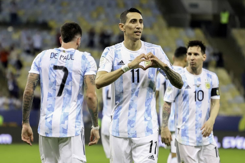 DI Maria comemora o gol que deu a Copa América à Argentina. No péssimo gramado do Maracanã