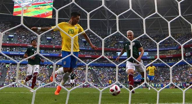 Firmino marca o segundo gol do Brasil na partida contra o México