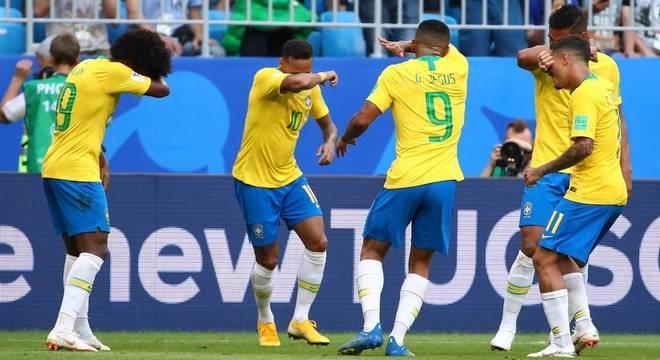 Jogadores brasileiros imitam o personagem Quico na comemoração do primeiro gol