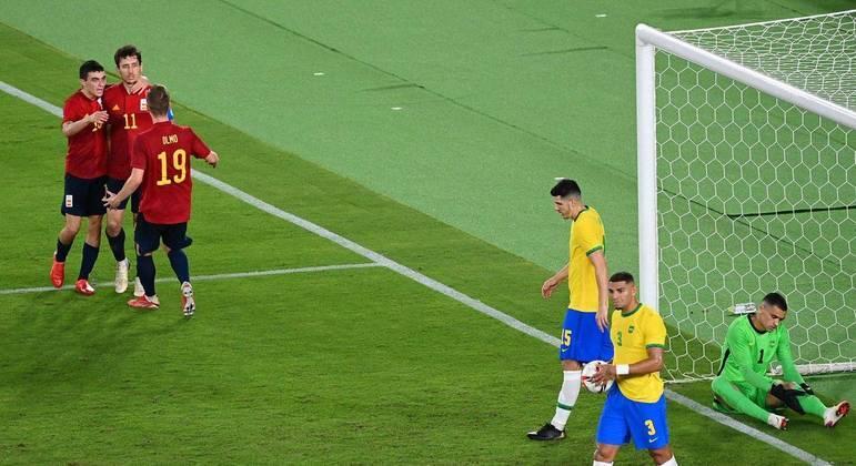 O choque do gol de empate da Espanha. Gol de Oyarzabal, nas costas de Daniel Alves