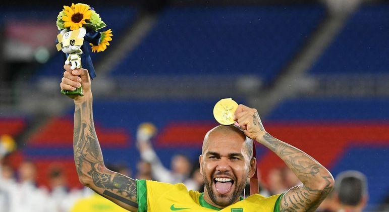 Daniel Alves foi o capitão do Brasil nos Jogos de Tóquio e ergueu seu 42º título na carreira