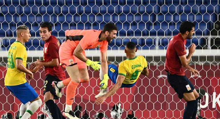 O pênalti que o Brasil desperdiçou. Símon derrubou Matheus Cunha. Richarlison desperdiçou