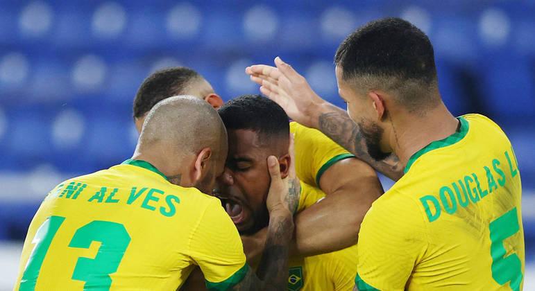 A comemoração de Daniel Alves, capitão, o maior vencedor do futebol mundial, com Malcom